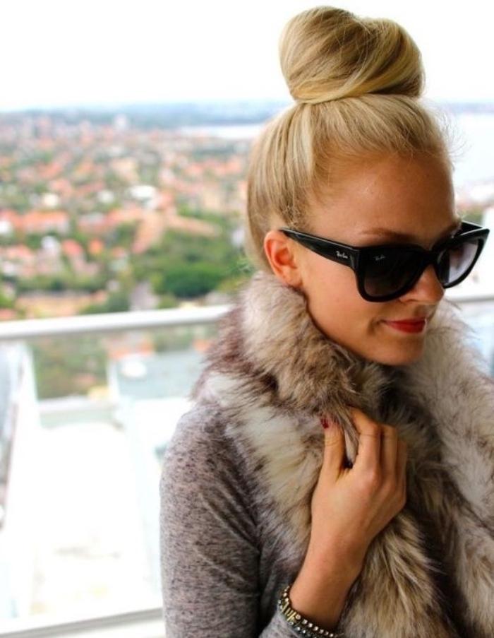 faire un chignon facile haut sur de longs cheveux blond, idée de coiffure simple et rapide aux contours épurés, lunettes de soleil