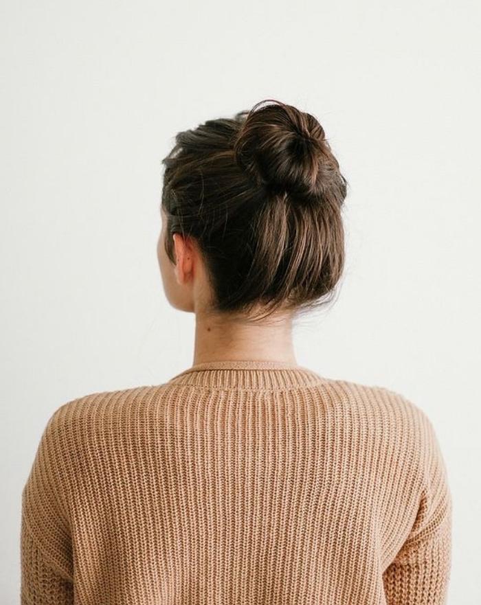 chignon facile a realiser haut, femme aux cheveux chatain long, coiffure simple et rapide