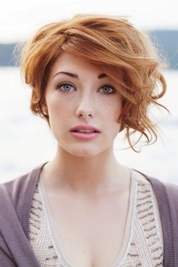 cheveux roux bouclés, coiffure asymétrique volumineuse, idée comment coiffer ses cheveux courts, modele de carré court