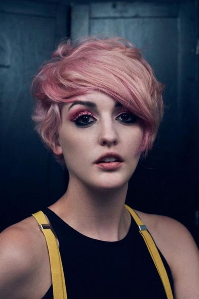 coupe courte femme, coloration rose, coiffure pixie longue, frange asymétrique, look boheme chic extaravagnt