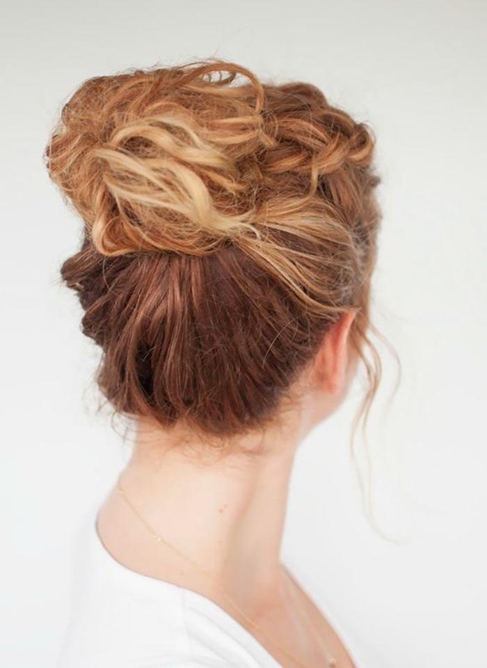 chignon décoiffé avec tresse, idée de coiffure sur des cheveux bouclés longs, blond, style boheme