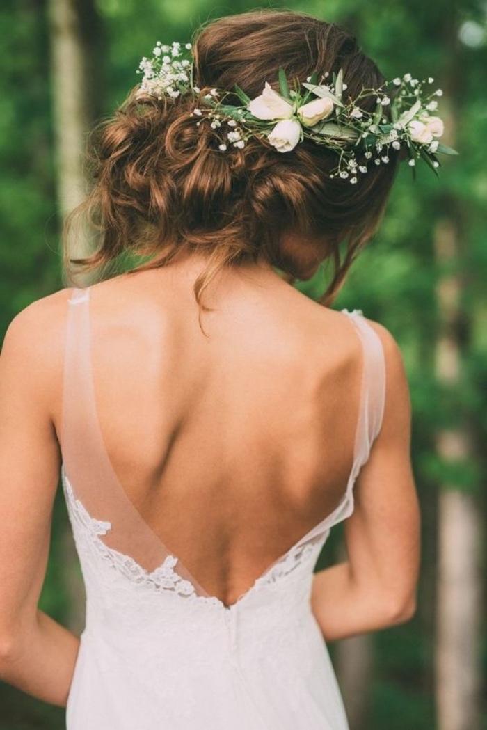 idée de chignon flou de mariée avec une couronne de fleurs fraiches pour un mariage champetre chic, robe de mariée blanche été