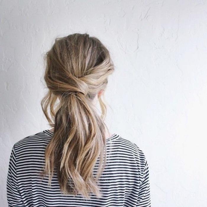 coiffure simple et rapide, queue de cheval avec deux sections assemblées, cheveux ondulés avec des mèches encadrant le front