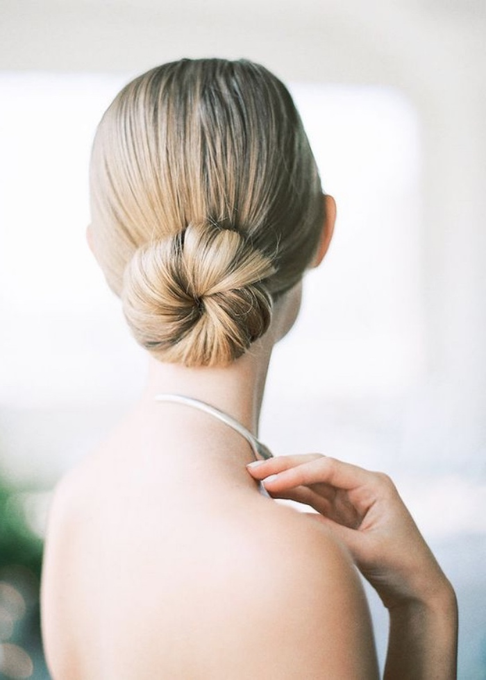 chignon bas facile a faire sur des cheveux long, blond, coiffure mariage élégante et classique