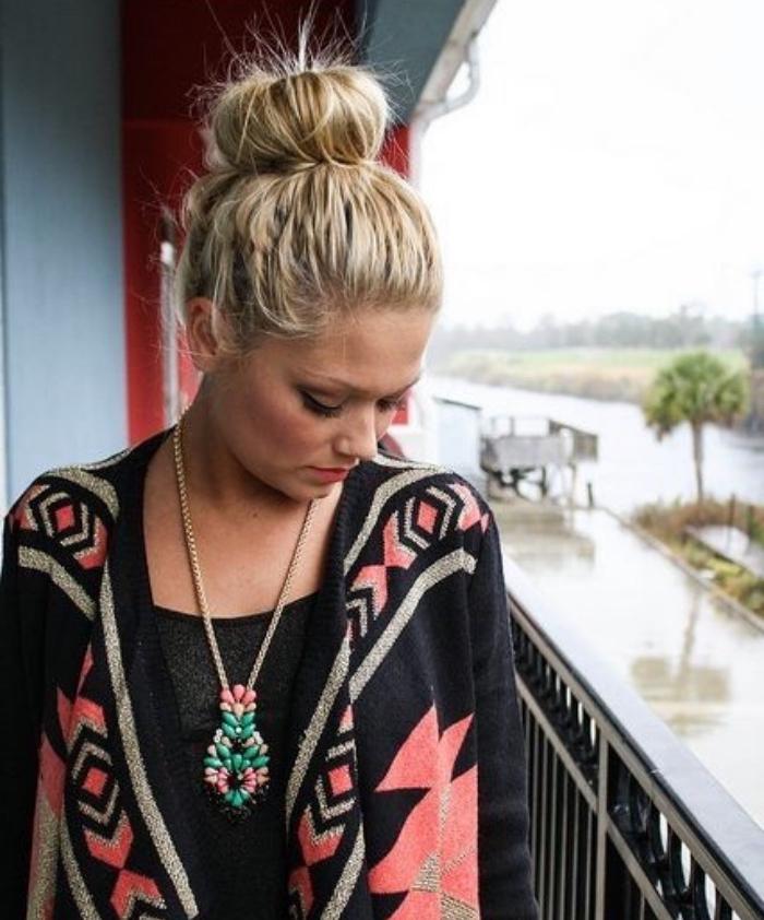 chignon facile décoiffé sur de longs cheveux blond, idée de chignon volumineux simple, style décontracté