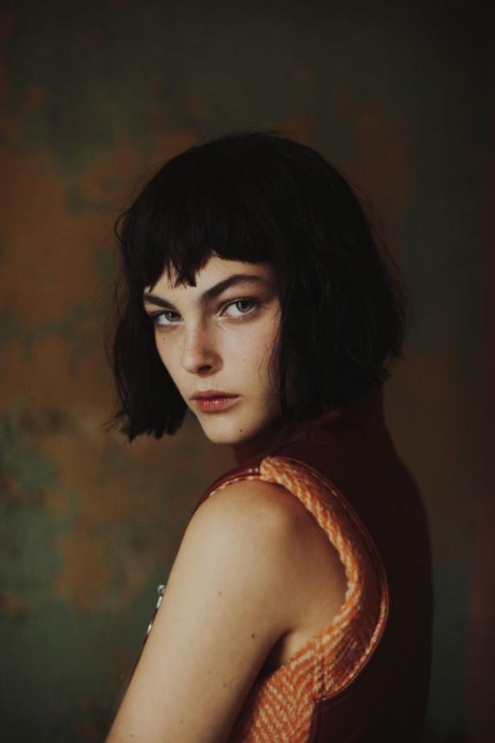 idée de coiffure carré plongeant court, coupe femme courte avec frange, effet décoiffé