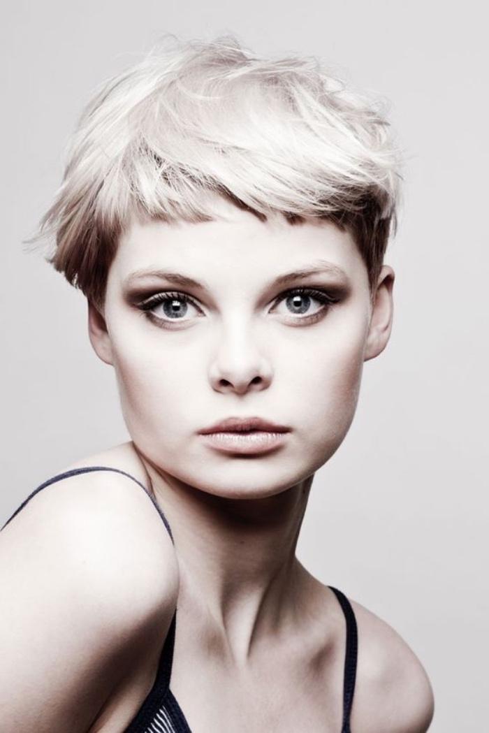 idée de coiffure destructurée, couche cheveux supérieure blond platine, idée de coupe de cheveux court femme intéressant