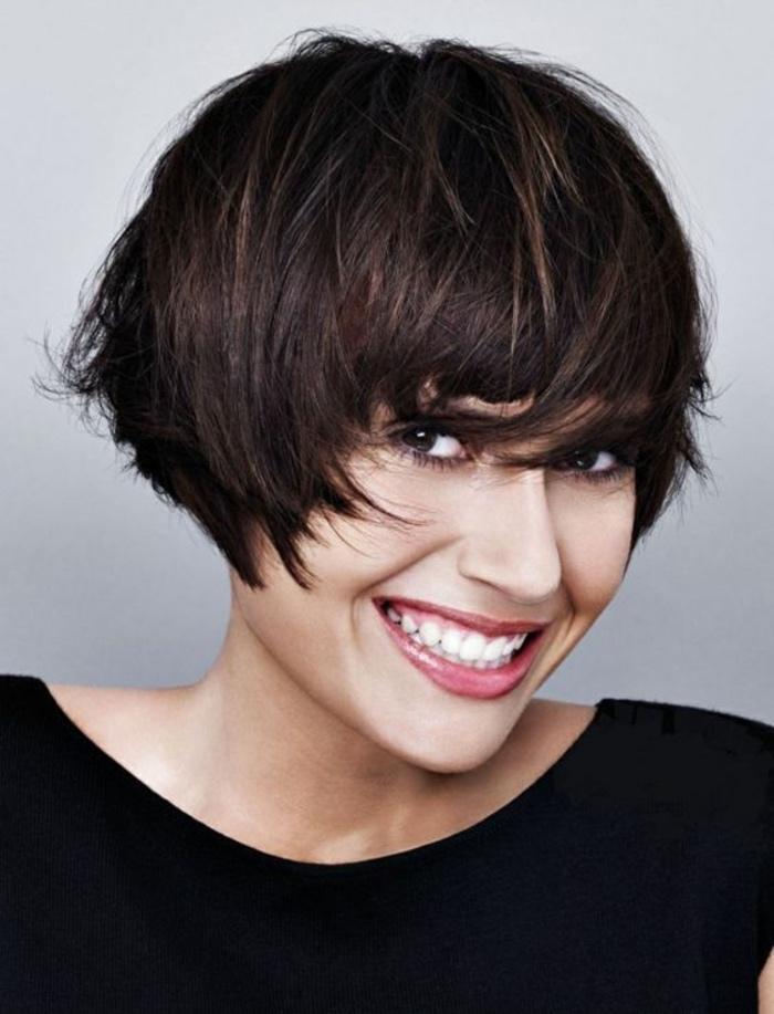modele de coupe de cheveux courte femme, carré plongeant court effet coiffé décoiffé, frange sur le front