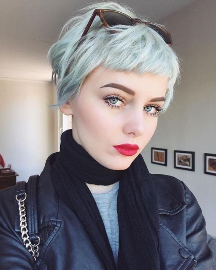 coupe de cheveux courte femme, carré plongeant très court, coloration vert pastel, fille charmante extravagante