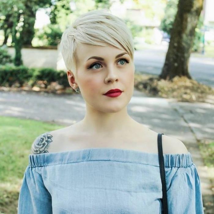 idée de coiffure pixie classique avec frange asymetrique, robe bleue été, joli maquillage, cheveux blond platine, coupe courte femme