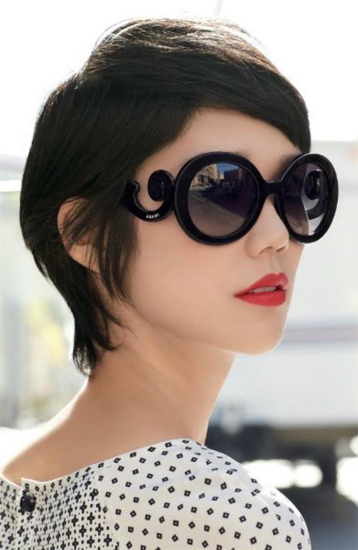 idée de coupe de cheveux court femme asymétrique, modele de coiffure pixie, lunettes de soleil rondes