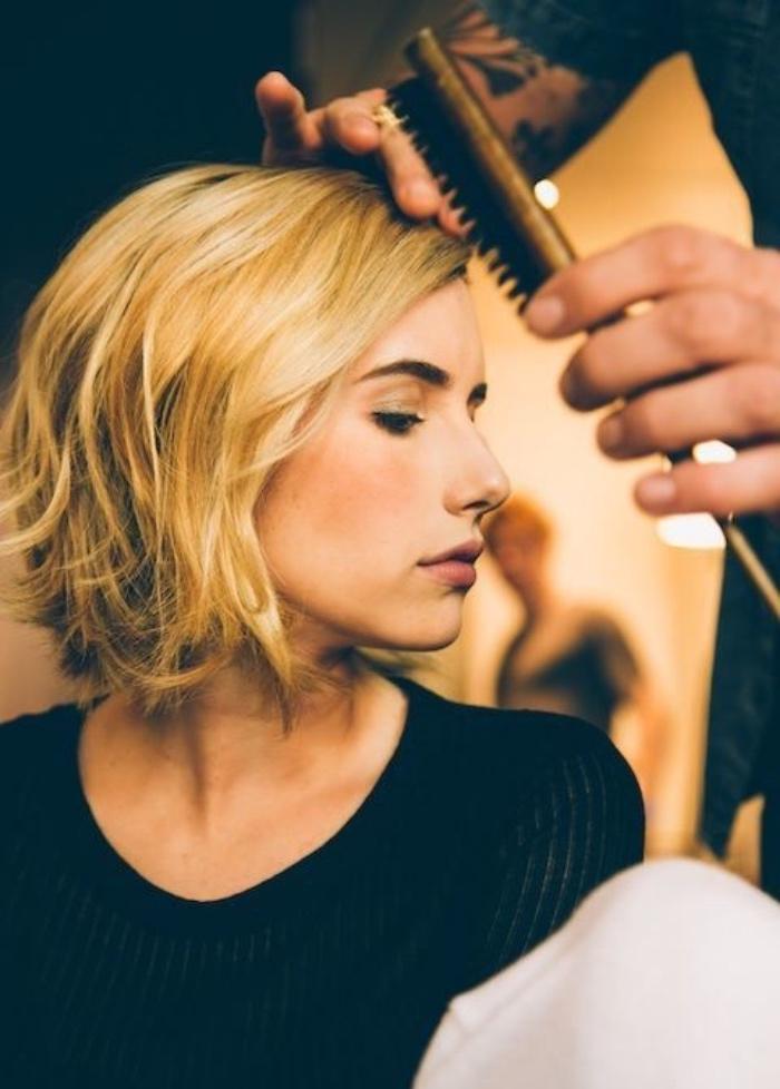 idée de coupe de cheveux court femme blonde, idée de carré plongeant court, effet décoiffé