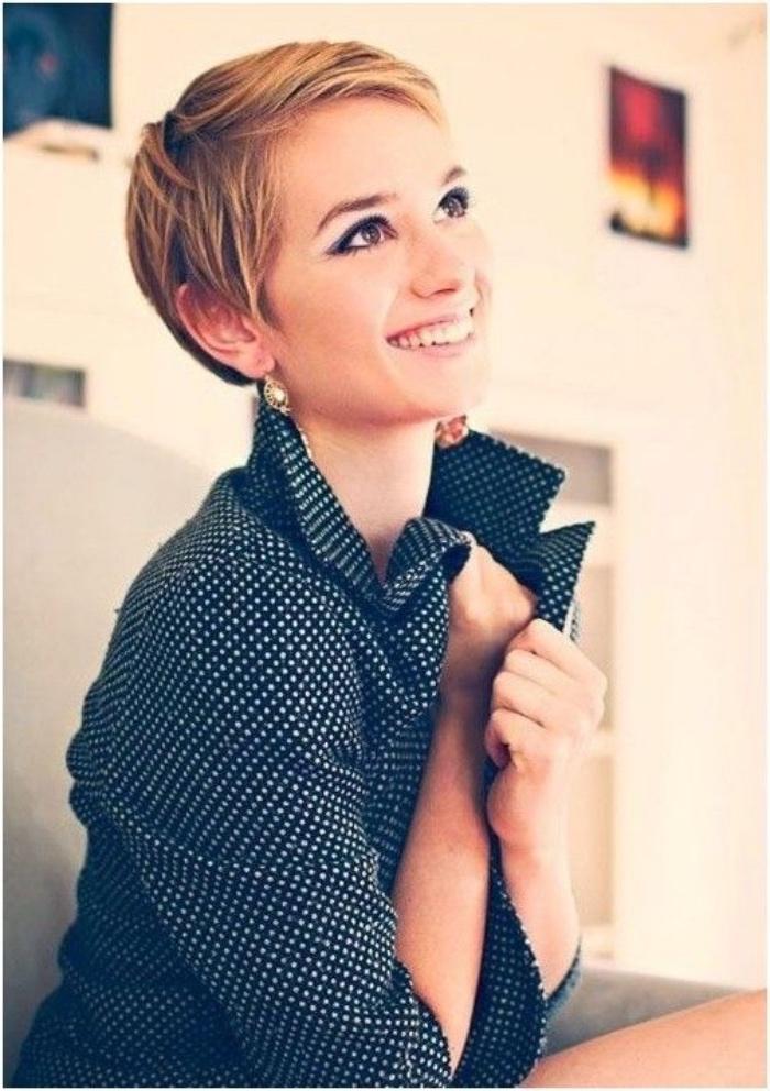 coupe femme courte, modele de coiffure pixie avec frange asymétrique, coloration blonde