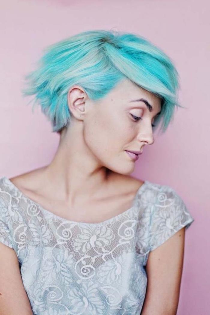 idée de coupe femme courte, coloration cheveux bleus, carré plongeant court de derrière, cheveux volumineux