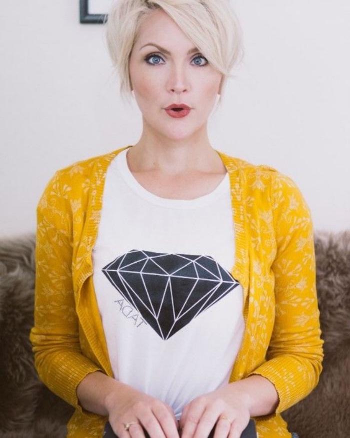 coupe de cheveux court femme, pixie long, cheveux blond polaire, coiffure asymétrique volumineuse