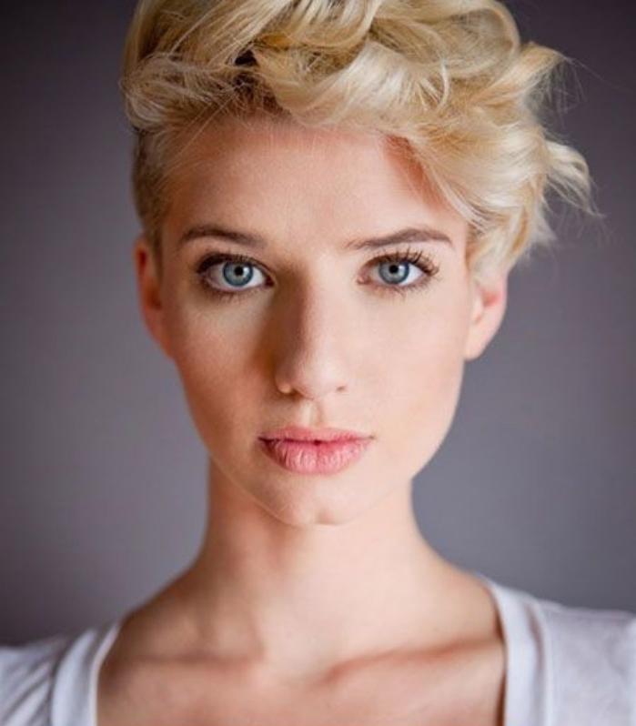 idée de coupe femme courte, cheveux blonds, volume sur le front et ondulations, cotés rasés, coiffure élégante