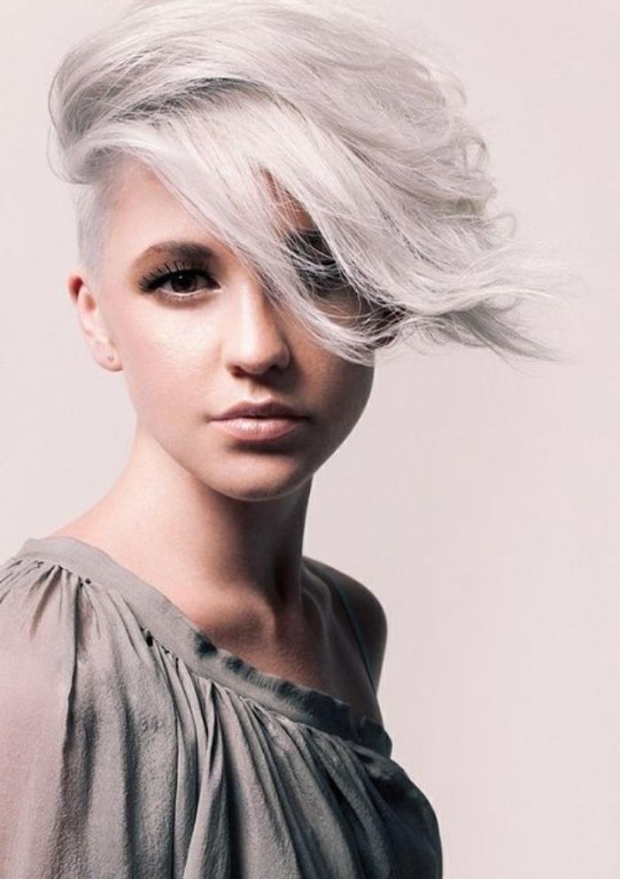 coloration blond polaire, coupe de cheveux court femme, coiffure asymetrique, coté rasé, cheveux volumineux