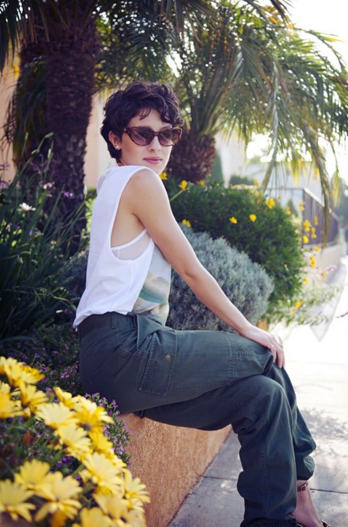 idée de coiffure été féminine, coupe femme courte, carré avec boucles, paysage tropical, cheveux chatain