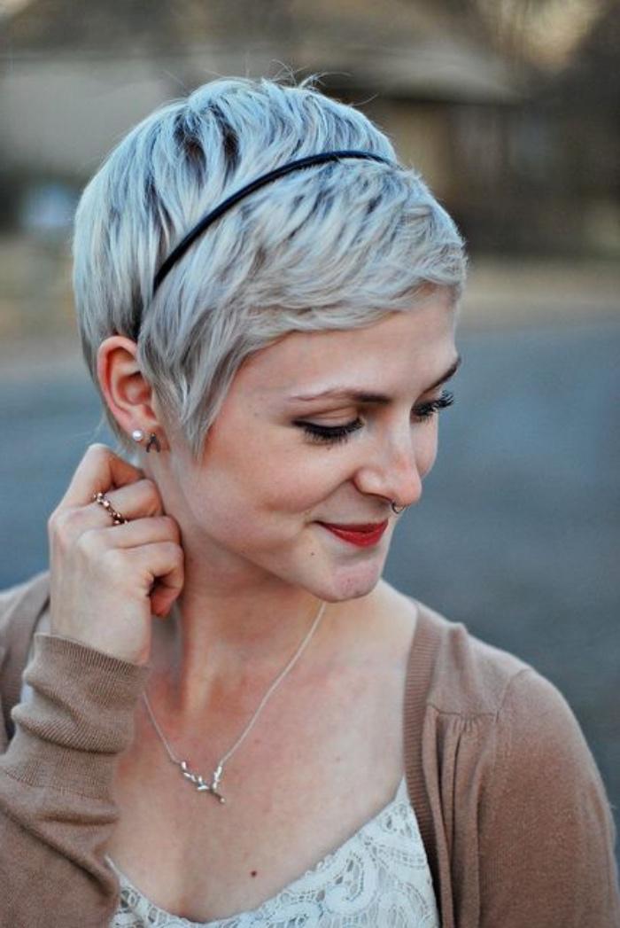 idée de coiffure pixie courte, coupe de cheveux courte femme, mèches blancs, bandeau de tete, frange asymétrique