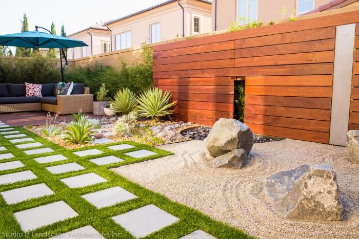 carré jardin zen, type karesansui, gravier avec de gros rochers, pelouse avec des dalles de pierre dessus, salon de jardin pour se détendre