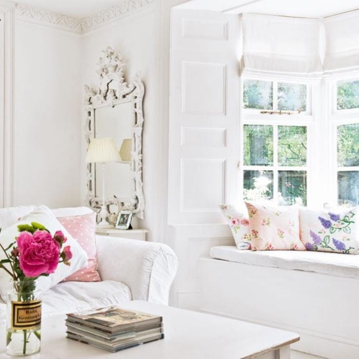style shabby chic comment faire, canapé blanc, coussins rose et blanc, bouquet de fleurs, table blanche scandinave, miroir baroque, coussins multicolores