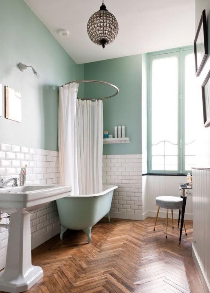 idée de décoration salle de bain vert mint, mur et baignoire vert d eau, parquet marron, carrelage blanc et lavabo console