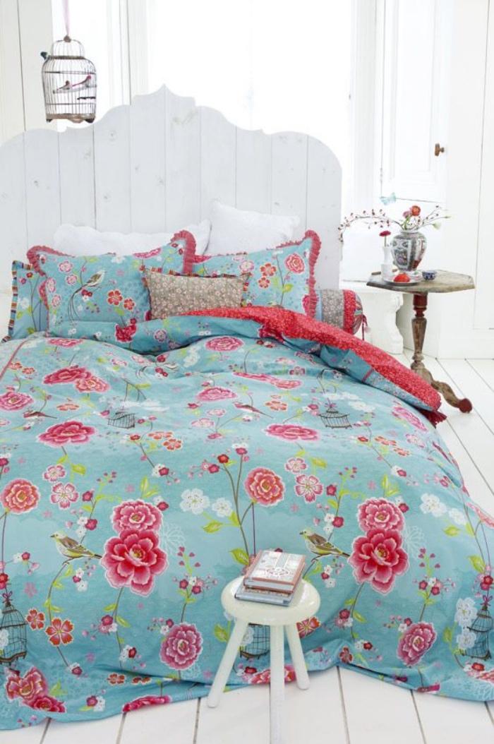 style shabby chic récup, linge de lit bleu à motifs rouge, t6ete de lit en planches blanches, table de nuit en bois usé, cage d oiseau deco