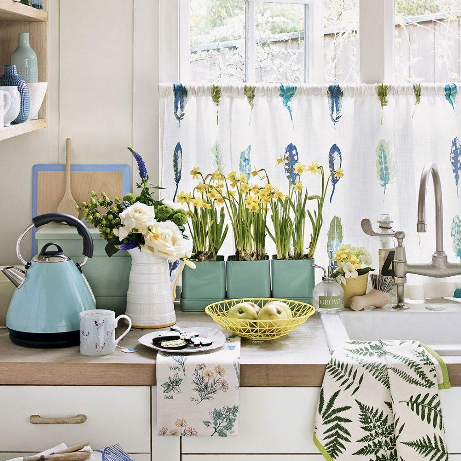 style shabby chic comment faire, façade de cuisine blanche, plan de travail bois, ustensiles de cuisine couleurs pastel, vaisselle blanc, bleu et vert pastel et fleurs fraiches deco