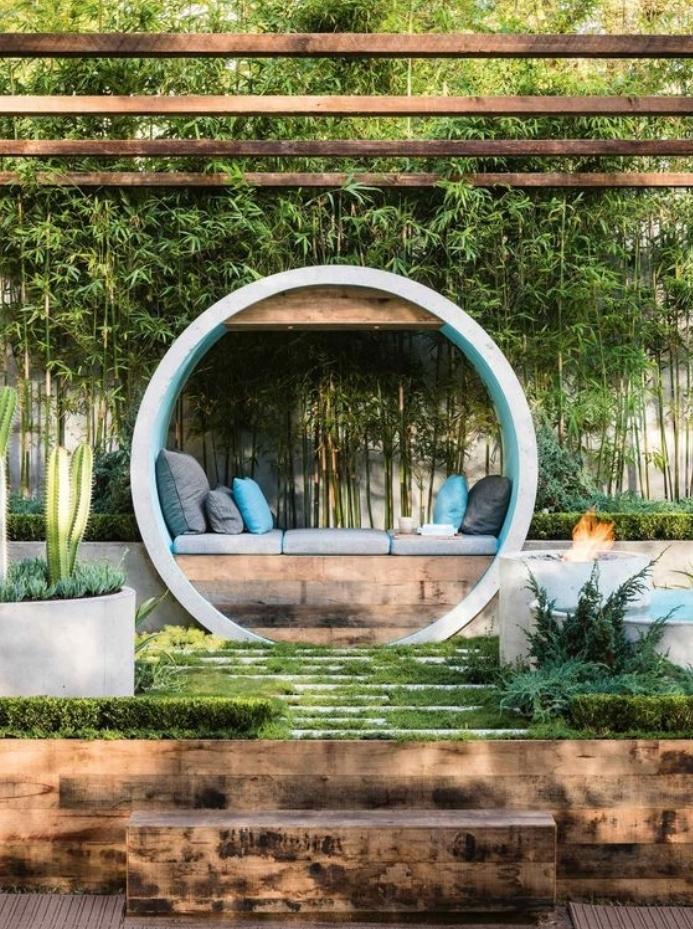déco de jardin zen, escalier végétalisé, un banc en bois avec des coussins d assise gris et coussins decoratifs gris et bleu, mur en bambou, pergola en bois