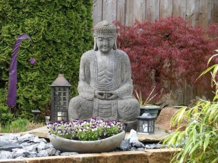 déco de jardin zen, statue de bouddha, un pot de fleur en pierre et fleurs, pierres, lanternes, mur végétalisé