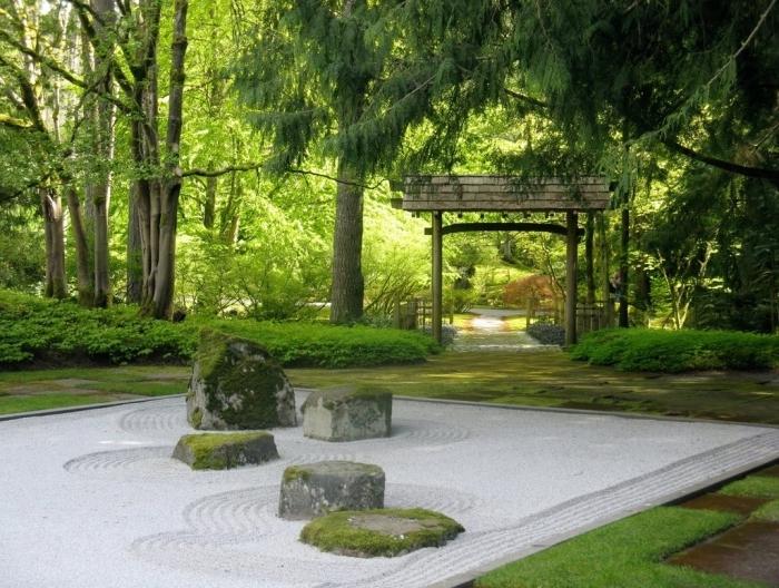 decoraion zen dans un jardin japonais, gravier et pierres recouverts de mousse, arche d entrée style oriental, zen, vegetation verte