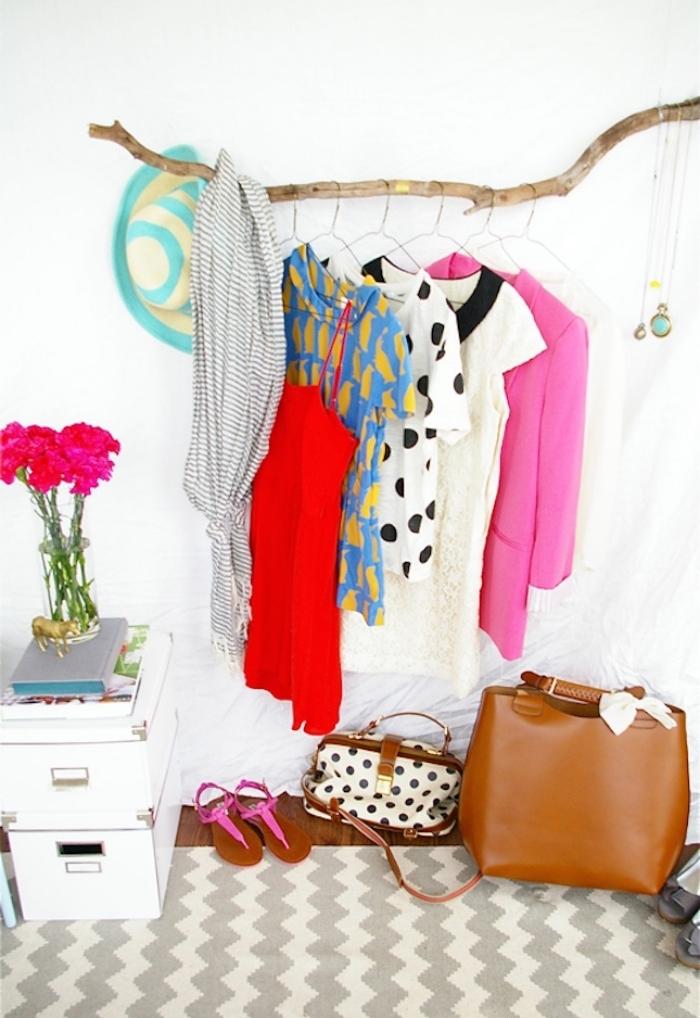idée rangement en bois flotté pour vêtements mis sur des cintres, idée deco chambre femme élégante