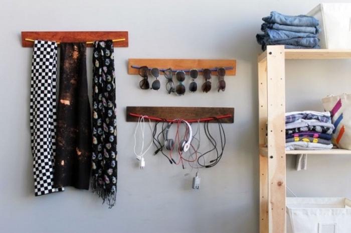 idée rangement a faire soi meme, planche de bois avec câble coloré pour ranger des accessoires, écharpes et lunettes de soleil, chargeurs, écouteurs