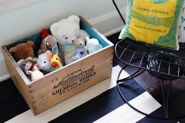 idée rangement diy a faire soi meme, un coffre de rangement jouets en caisse bois, idée déco chambre enfant