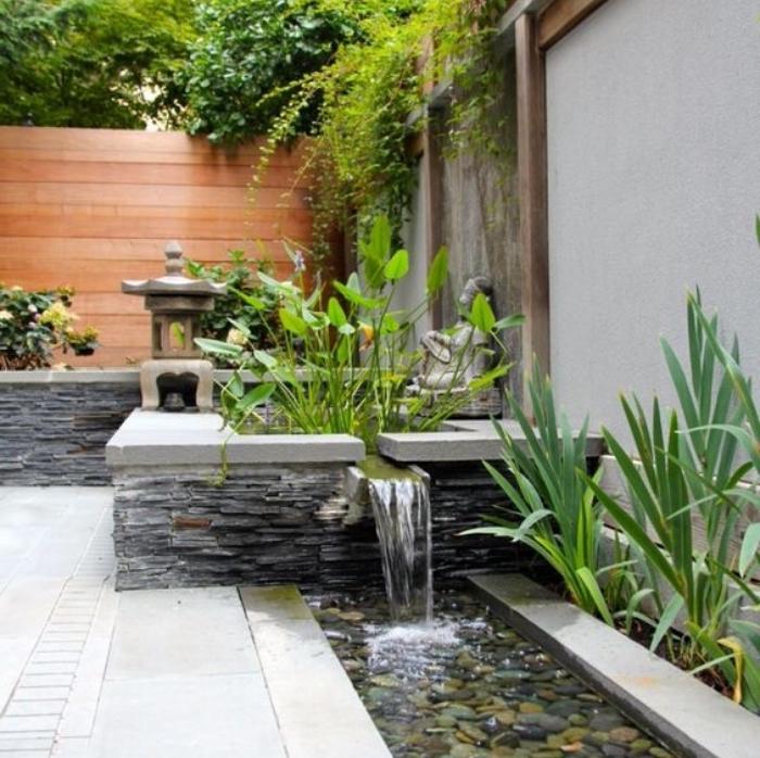 amenagement jardin zen, miroir d eau avec des galets au fond, lanterne, statue de bouddha en pierre