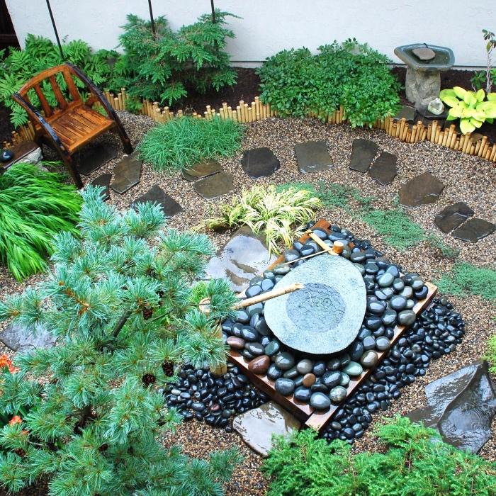 amenagement jardin zen japonais exterieur, galets, pierres, source d eau, chemin de pierres, arbustes et arbres, chaise en bois