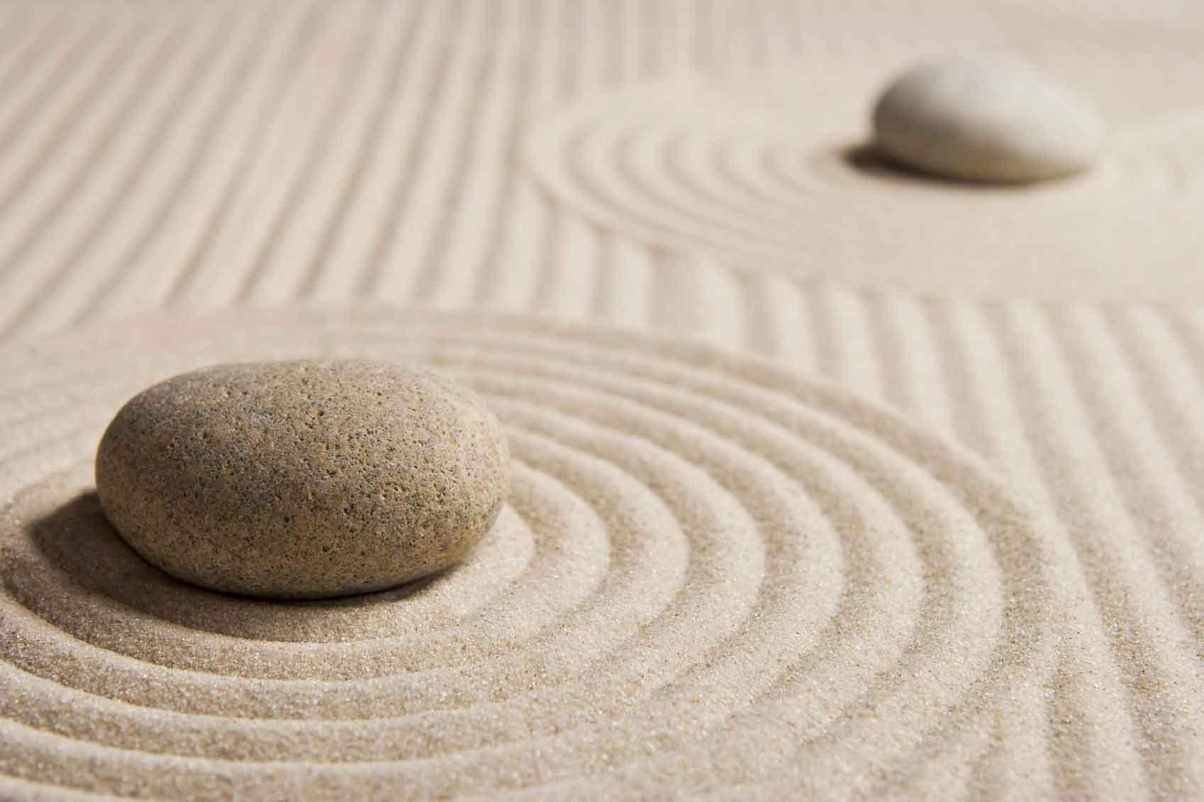 des galets sur du sable, relief imitant des vagues de mer, jardin zen sec, amenagement simple et rapide