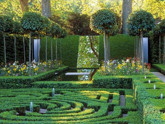 projet pour aménager son jardin, buis en guise de séparation naturelle, miroir d eau, labyrinthe, jets d eau, plusieurs arbres taillés, parterres de fleurs