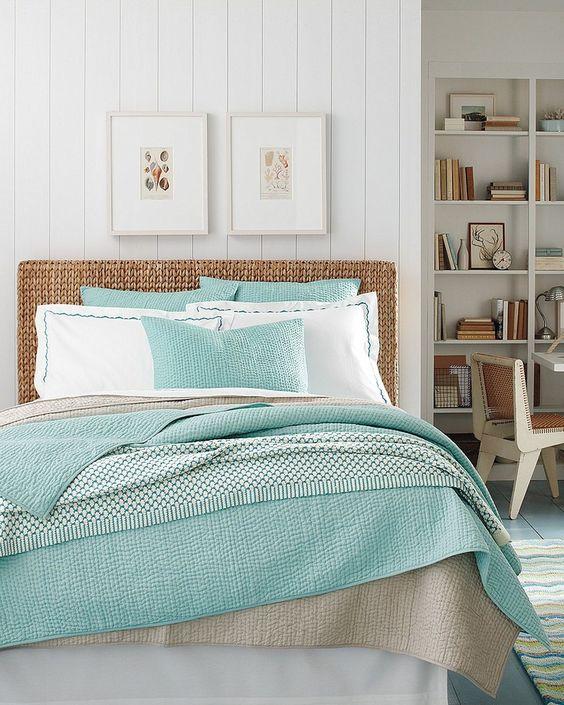linge de lit vert mint, nuance vert d eau et couleur grise, tête de lit marron, lambris blanc, bibliothèques blanche, tapis à rayures