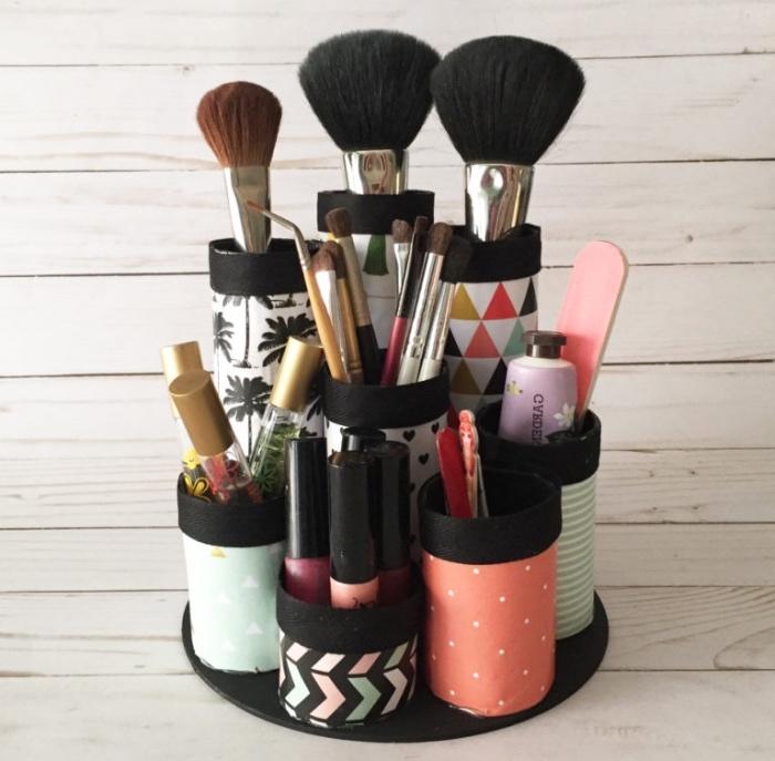 rangement maquillage dans des rouleaux de papier toilette, customisés de papier coloré motifs divers