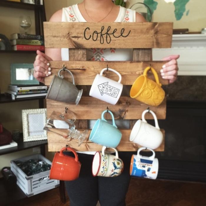 idée rangement mugs, tasses à thé sur quelques planches de bois assemblés, idée organisateur recup en palette de bois, projet de bricolage facile