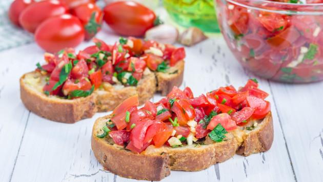 idée comment faire une bruschetta avec des tomates concassés, de l ail et des fines herbes, recette tapas simple