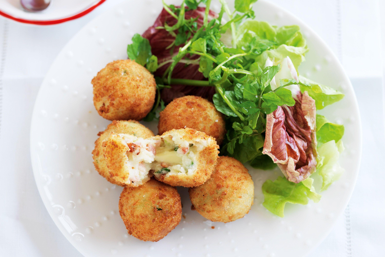 tapas recette de croquettes jambon fromage, croquetas con jamón et salade verte, idée d apéro dinatoire simple
