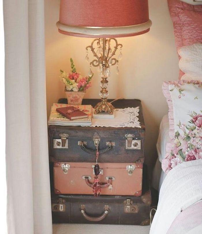 chambre shabby chic, linge de lit rose et blanc, table de nuit en malles vintage superposées, lampe baroque avec cristales