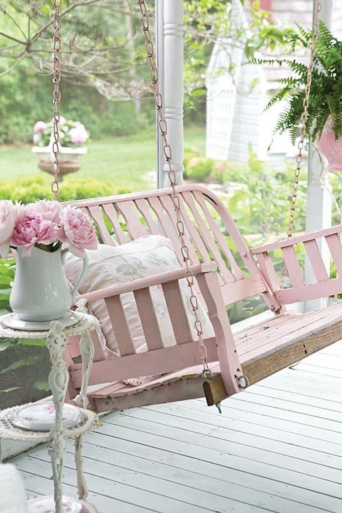 idée exterieur shabby chic, une balançoire en bois rose, bouquet de pivoines, terrasse en teck blanche