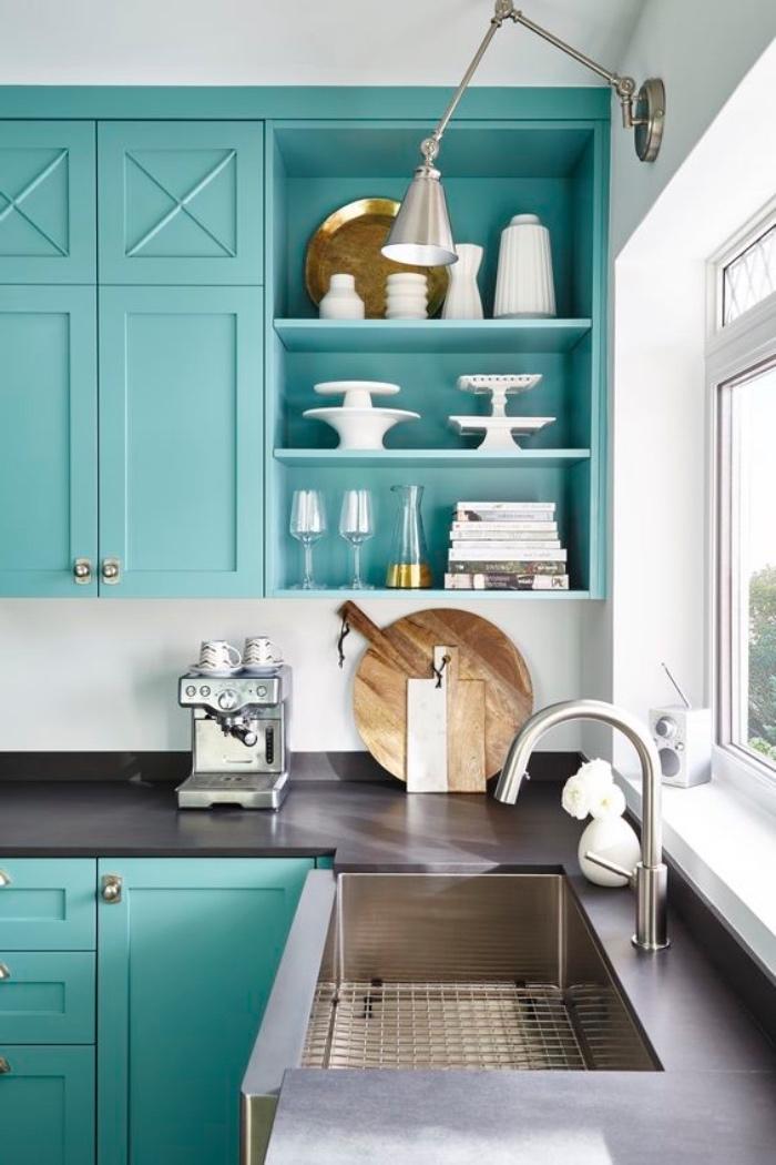 façade cuisine vert pastel d eau, rangement vaisselle blanche et plan de travail gris anthracite, décor épuré cuisine moderne