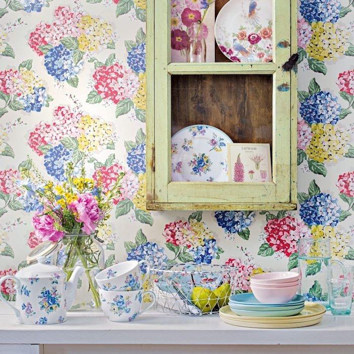 décoration cuisine shabby chic, meuble rangement collection vaisselle motifs floraux, et tons pastels, papier peint motifs floraux