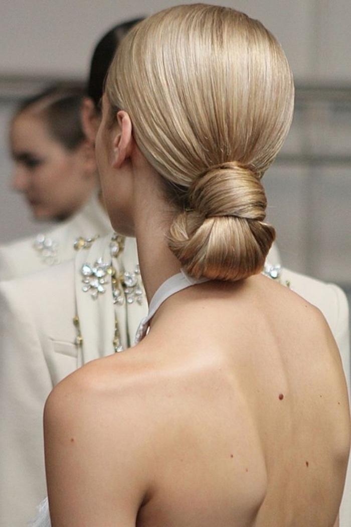 idée de chignon mariage intéressant, chignon bas sur de longs cheveux lisses blond, robe blanche