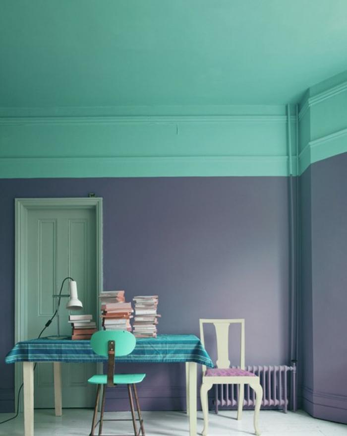 exemple de peinture vert d eau et gris, coin travail, bureau table en bois et chaise en metal, un tas de livres, lampe blanche