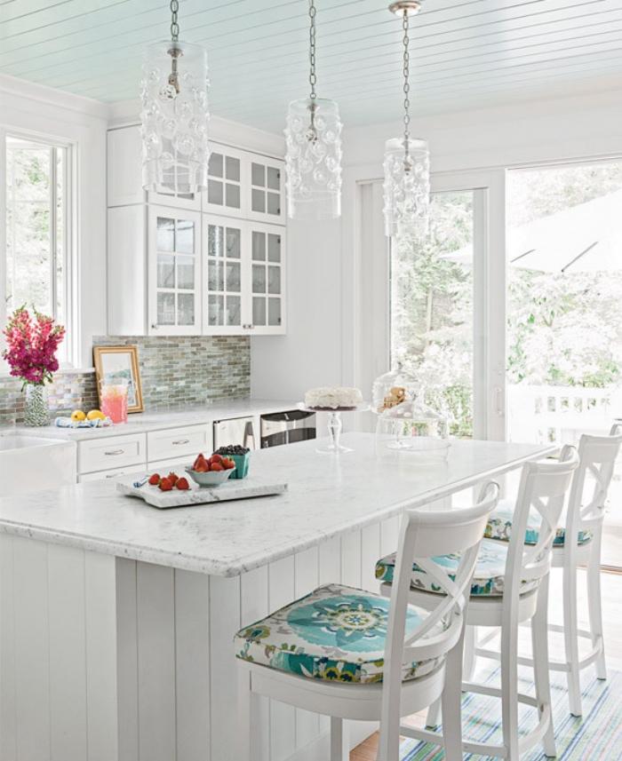 style shabby chic comment faire, ilot de cuisine blanc et plan de travail en marbre, chaises blanches avec tapisserie colorée, façade cuisine blanche, suspensions design